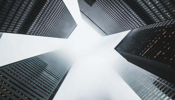 Vista de baixo de prédios modernos representa dicas de empreendedorismo