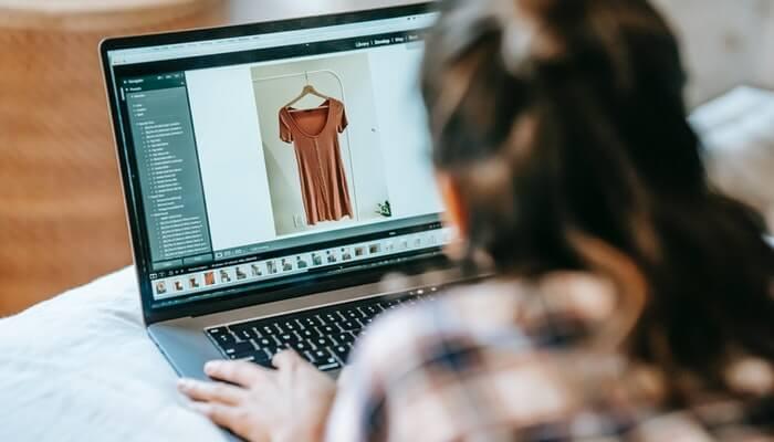 Mulher edita foto para loja virtual de roupas