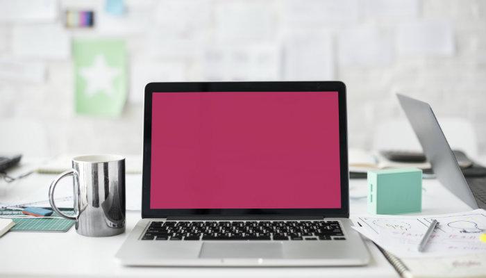 Notebook com tela rosa representa exemplos de sucesso do e-mail marketing