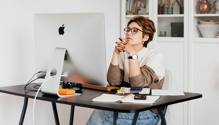 Mulher olha para computador, como quem vë exemplos de e-mail marketing