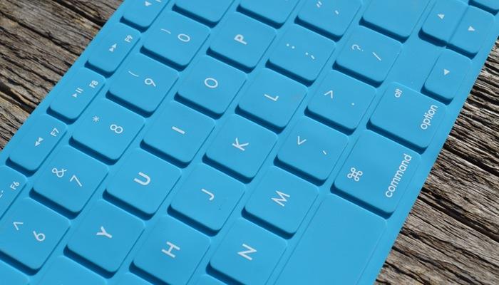 Teclado de computador azul representa como criar email marketing com o MailChimp