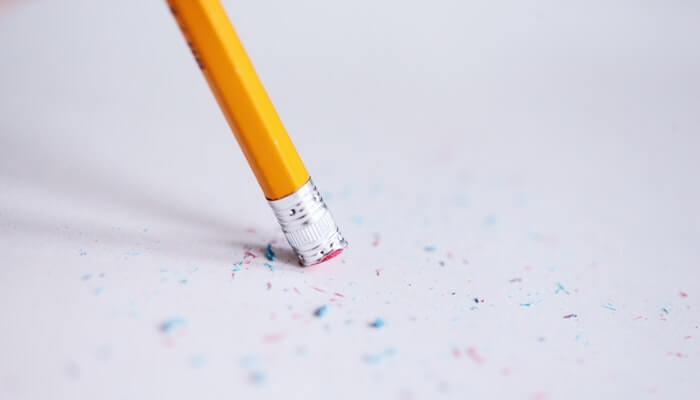 Borracha em ponta de lápis apaga papel, representando os erros de blogueiros