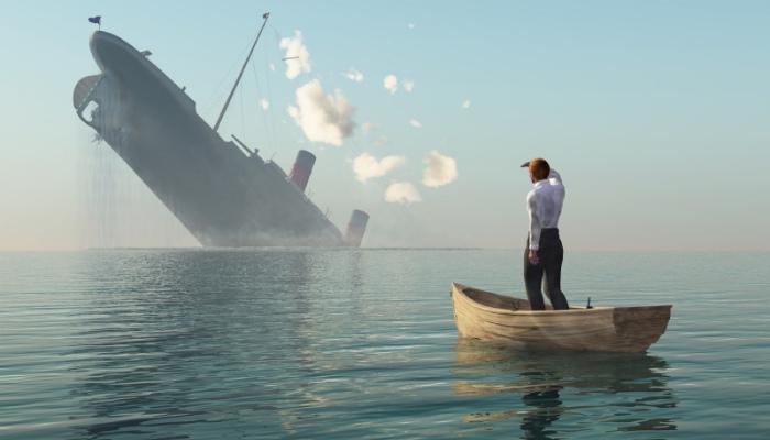 Pessoa em canoa observa um navio afundando ao longe, representando os erros no empreendedorismo