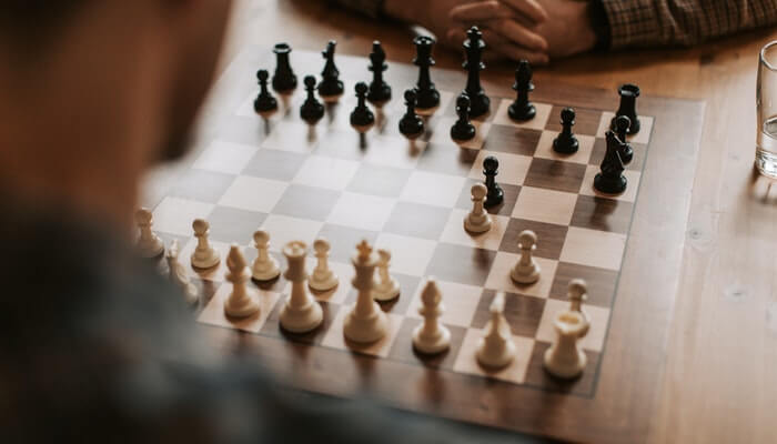 Tabuçeiro de xadrez representa a estratégia competitiva