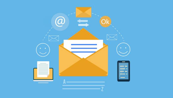 Ilustração com envelopes de e-mail e smartphone, representando estratégias de e-mail marketing
