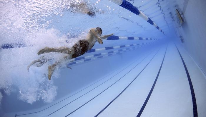 Foto subaquática de nadador representa as 5 forças de Porter