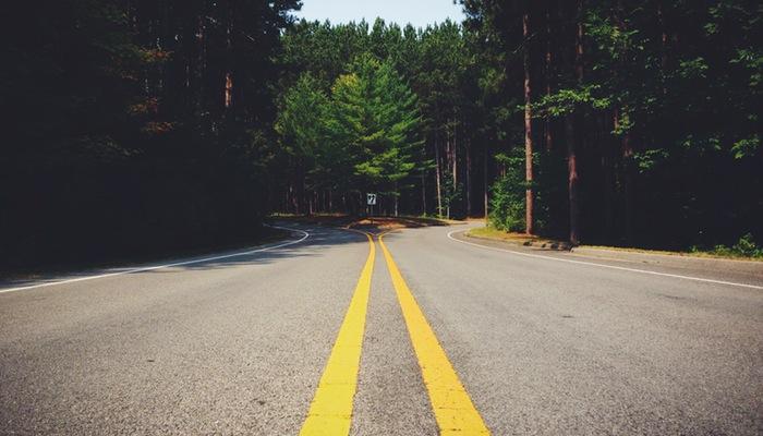 Imagem de estrada com bifurcação, representando os funis de conversão no Google Analytics