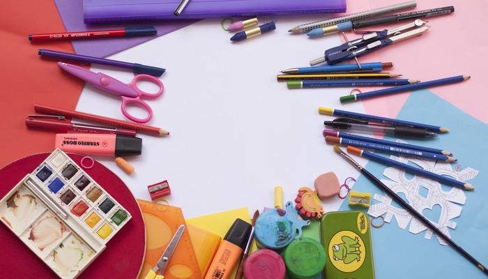 Imagem com cartolinas, canetinhas e lápis de cor, representando o gerenciador de Instagram