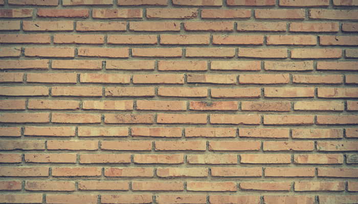 Parede de tijolos representa como estruturar loja de moda
