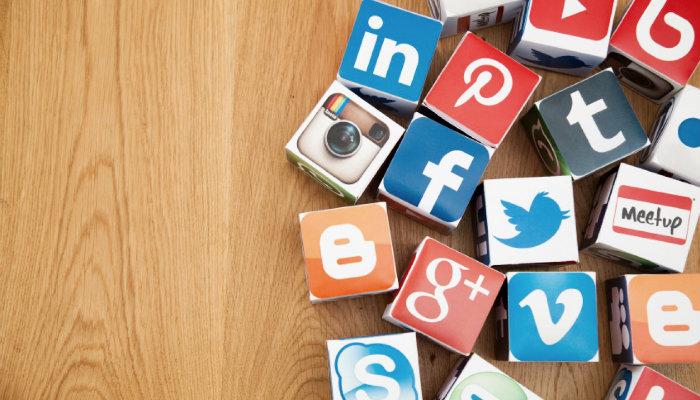 Cubos com logos das principais redes sociais