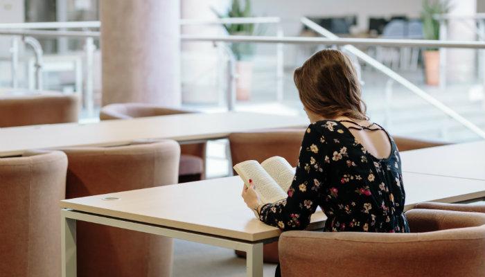 Mulher lendo representa o livro 'O Poder do Hábito'