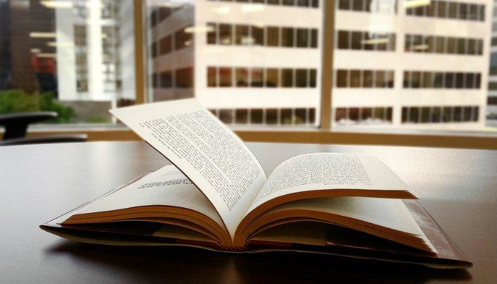 Livro aberto sobre a mesa representa os livros de empreendedorismo