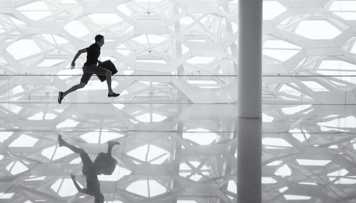 Homem com maleta correndo representa a logística no ecommerce