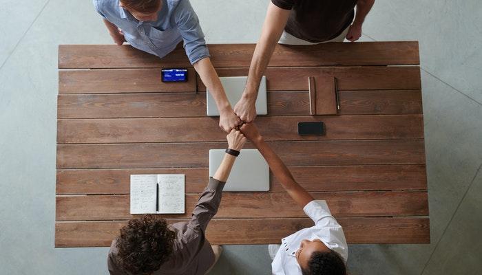 Imagem mostrando pessoas se cumprimentando, simbolizando a relação entre os afiliados e produtores no marketing de afiliação.
