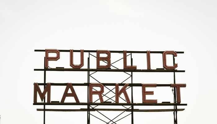 Letreiro escrito 'public market' representa o Mercado Livre Ads