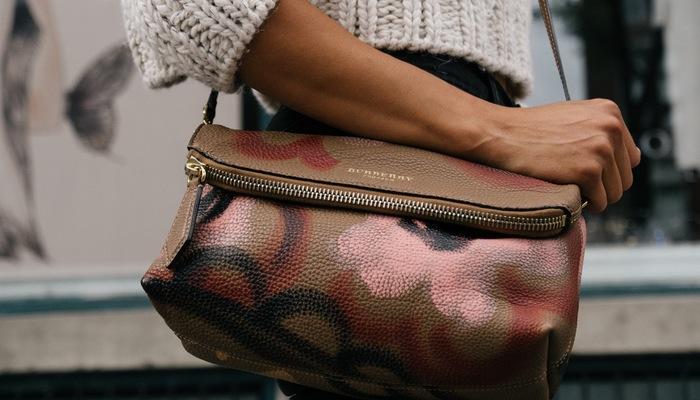 Mulher segura bolsa, representando o segmento midult