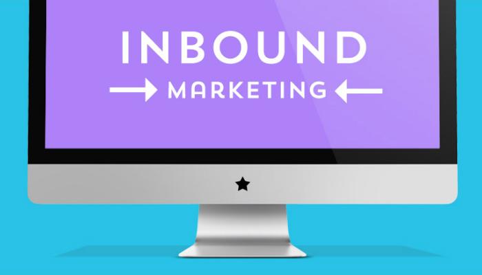 Ilustração de computador com o texto 'inbound marketing' na tela