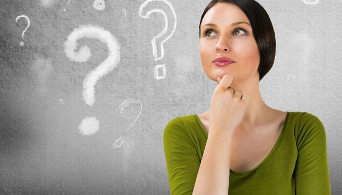 Mulher pensativa com a mão no queixo e pontos de interrogação ilustrados à sua volta