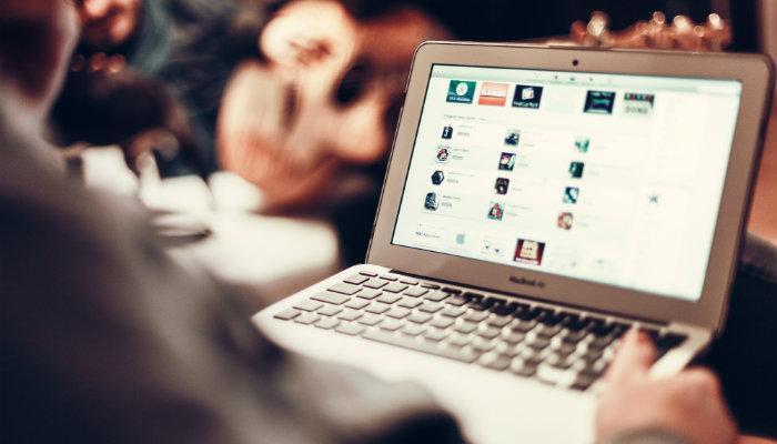 Homem navega no computador por página de checkout em e-commerce