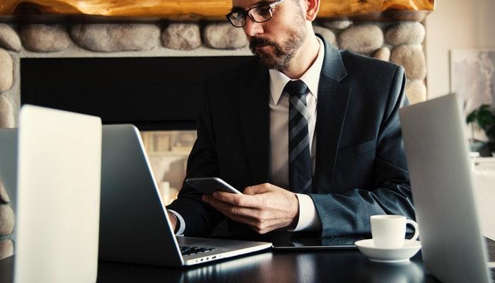 Imagem mostrando um homem usando um notebook, representando a navegação em uma página de vendas.