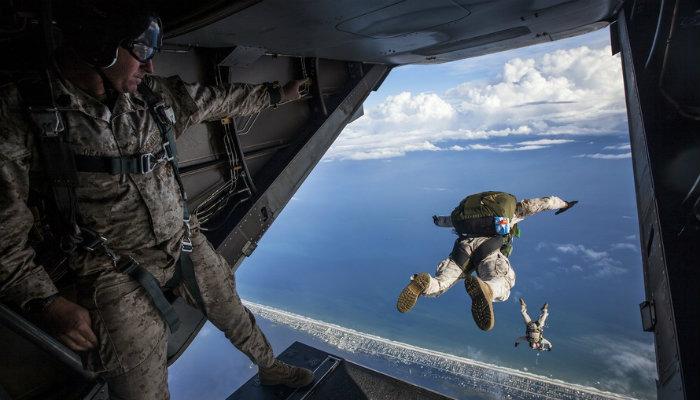 Pessoas pulando de paraquedas representam correr riscos