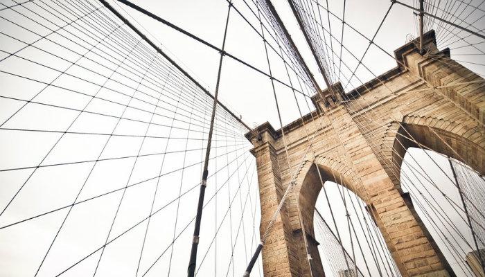 Ponte ligada por fios representando o link building