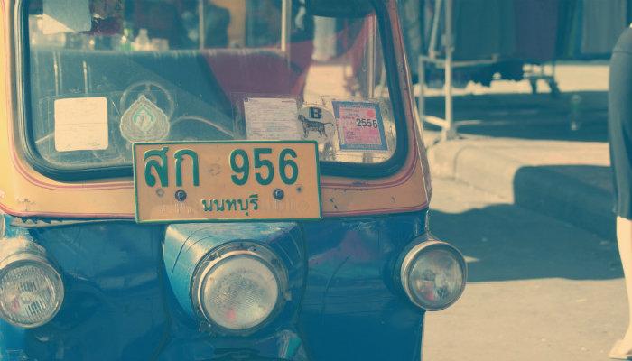 Imagem de veículo com placa contendo caracteres do alfabeto hindi representa o processo de importação
