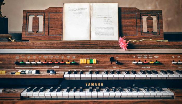 Imagem de teclado com partitura representa a produtividade proposta por Tim Ferriss