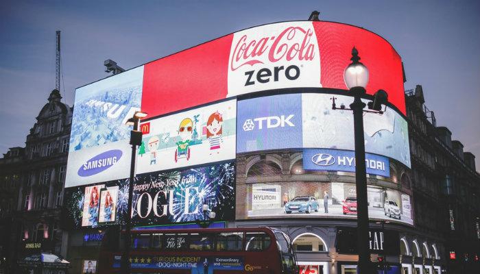 Anúncios luminosos em prédio representam os anúncios no Facebook