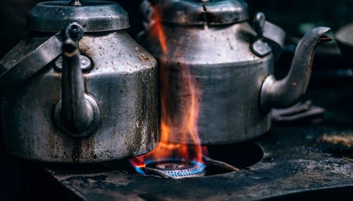 Chaleiras sobre o fogo representam a queima de estoque