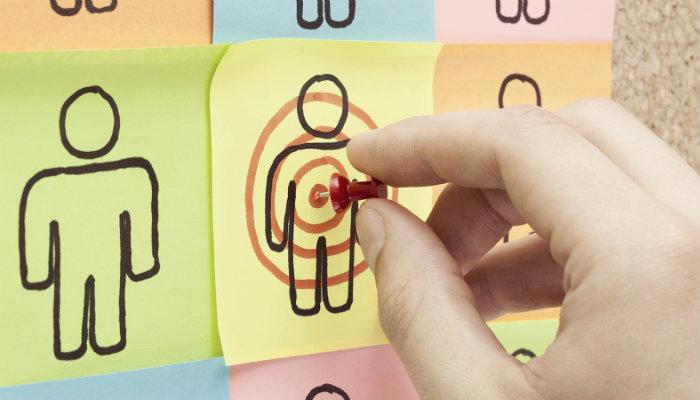 Desenho de pessoa com alvo em post it, com tachinha, representa o remarketing no Google
