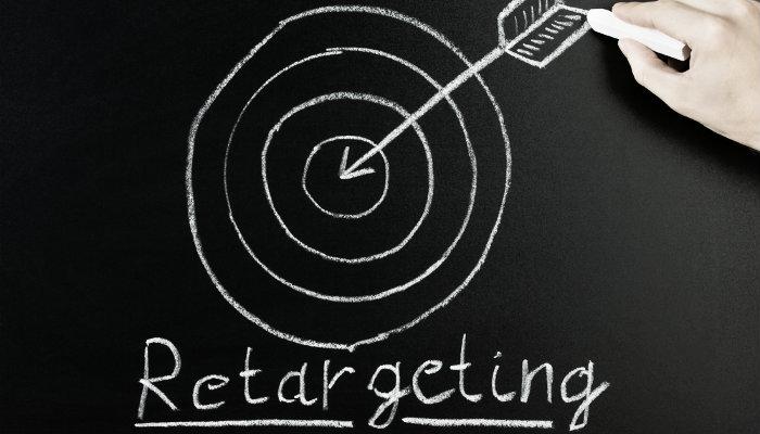 Desenho na lousa de flecha no alvo com a palavra 'retargeting' abaixo