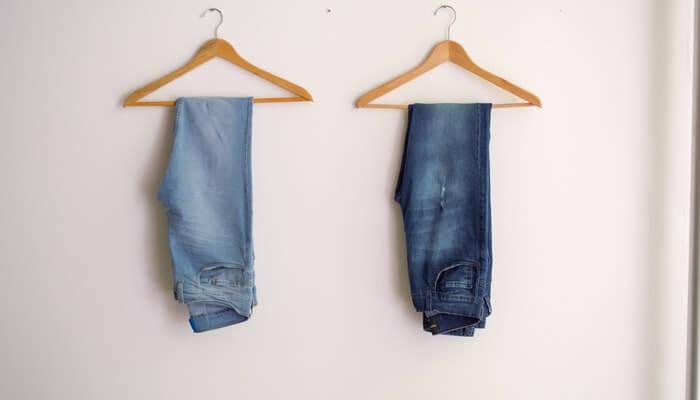 Dois cabides com uma calça jeans cada pendurada representam a técnica de scarcity