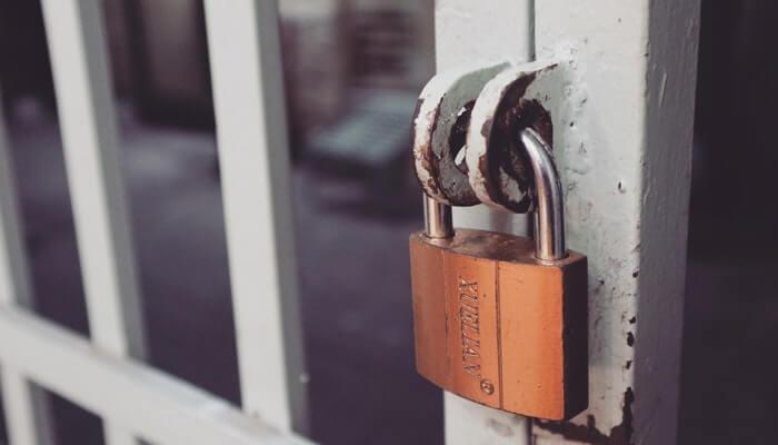 Cadeado em porta representa a segurança no e-commerce