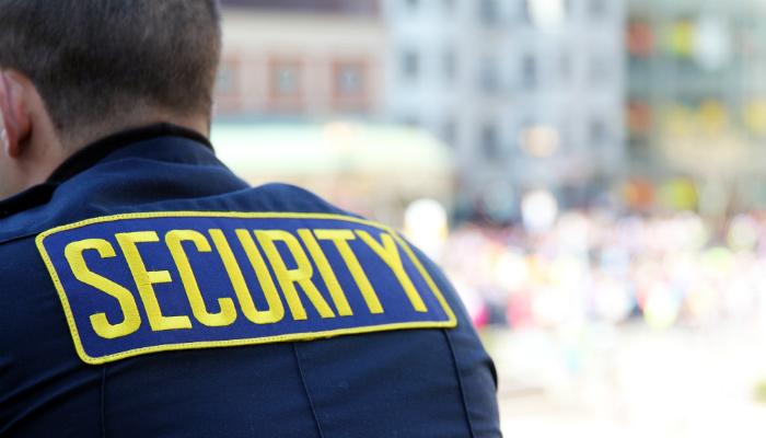 Homem de costas com blusa escrito 'security' representa a segurança no ecommerce