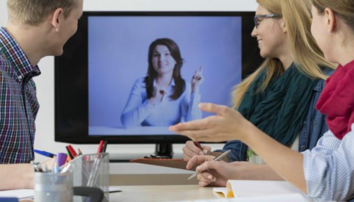 Pessoas em chamada de vídeo no Skype