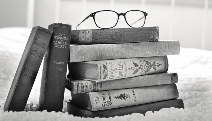 Pilha de livros com óculos em cima, representando cursos gratuitos do Google