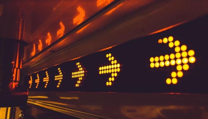 Luminoso com setas para a direita, representando como direcionar as vendas das redes sociais para a loja virtual