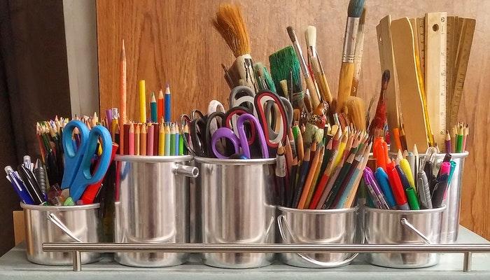 Imagem mostrando materiais de artes representando como calcular o preço de artesanato.