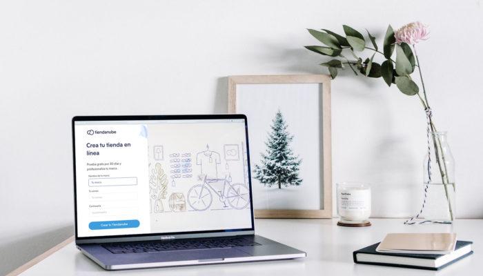 Laptop sobre escritorio con página para crear una Tiendanube