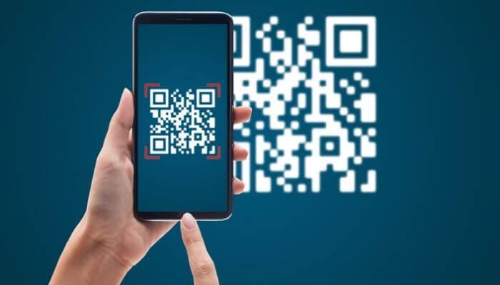 Imagem mostra um smatphone fazendo a leitura de um QR Code