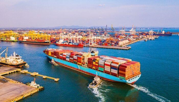 Imagem mostra um navio cargueiro, representando a importação de produtos do Alibaba