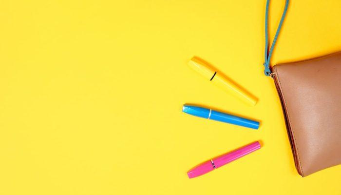 Canetas sobre fundo amarelo, representando a anotação das dicas sobre como vender no Mercado Livre
