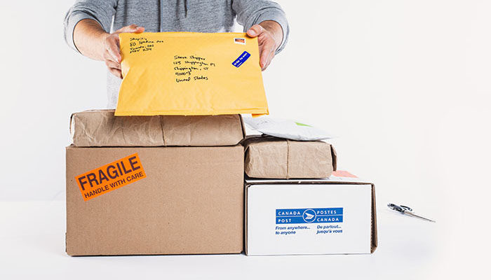 Imagem de um homem preparando pedidos para entrega em modelo fulfillment