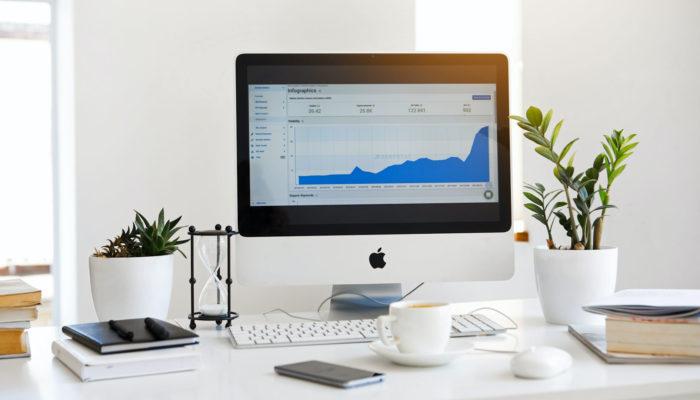 Pantalla de computadora con software que mide el tráfico web