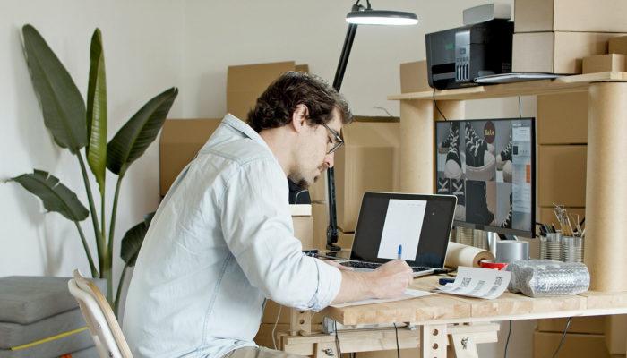 Hombre trabajando con ventas en línea