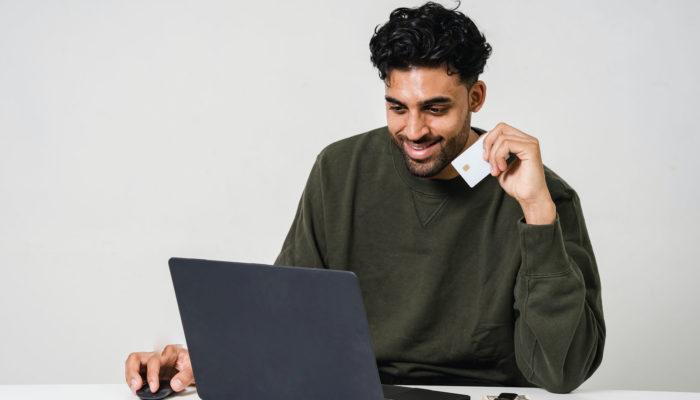 hombre mirando páginas para vender por internet