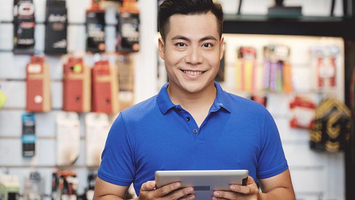 Vendedor em loja de materiais para exemplificar os tipos de vendas.