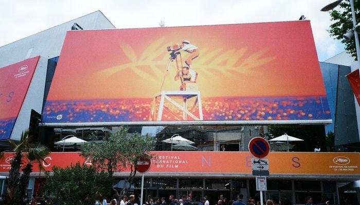 Imagem mostrando um banner outdoor representando um banner para e-commerce.