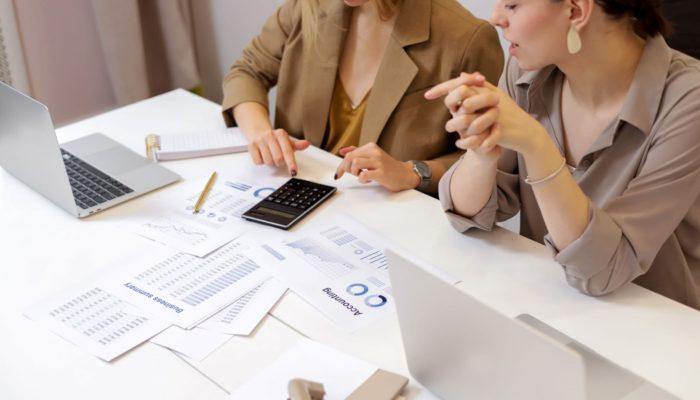 Dos mujeres trabajando en contabilidad
